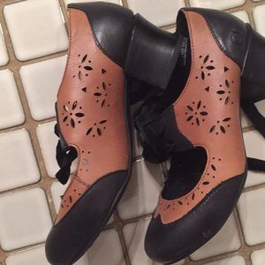 Born black & tan leather heels w/velvet laces 6.5M